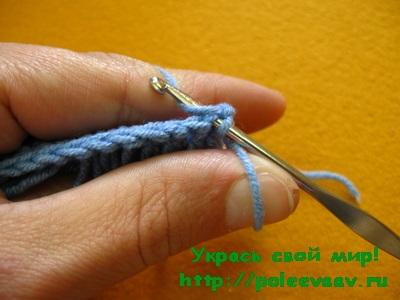 далее вводим крючок и вяжем столбик без накида закрепляя петлю бахрому крючком