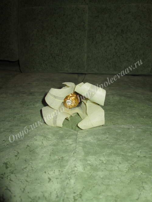 buket iz konfet lilii 12-min